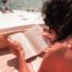 Dame leser bok på båten