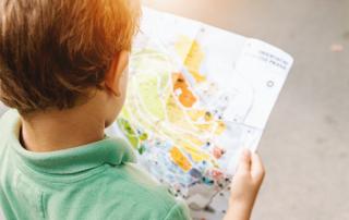 Liten gutt som leser kart