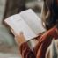 jente leser i bok